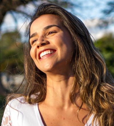 woman smile happy optimism optimistic behaviours habits